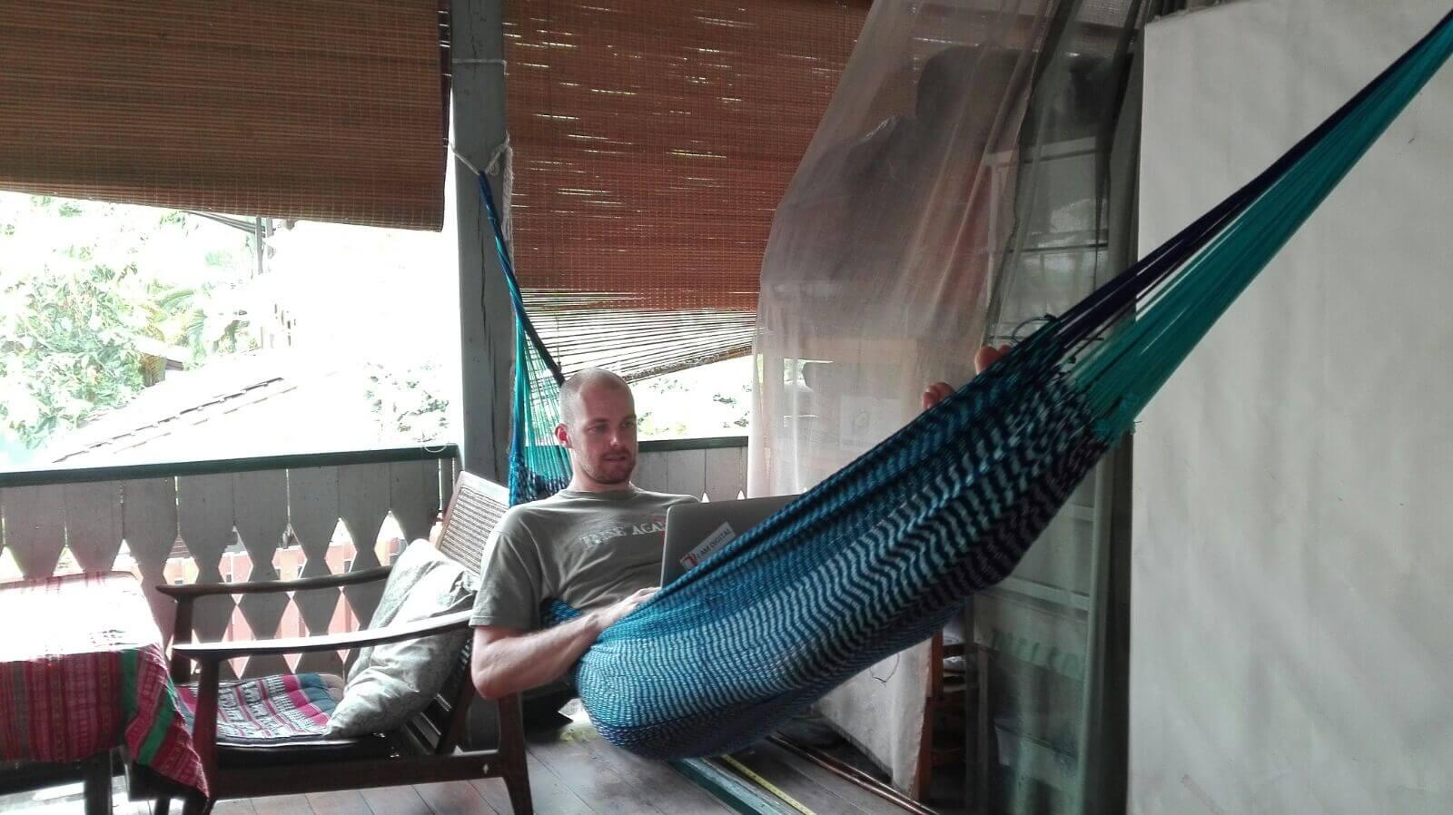 Arbeitet auf Reisen am Liebsten in seiner Unterkunft - Daniel Schöberl. Gemütlich darf es deshalb aber trotzdem sein...